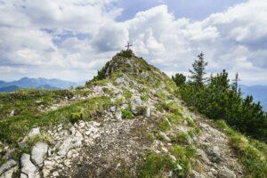 Das Gipfelkreuz des Risserkogel im Blick