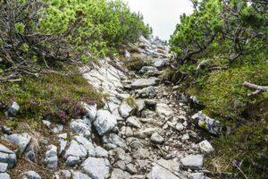 Felsrinne bergauf am Gratweg