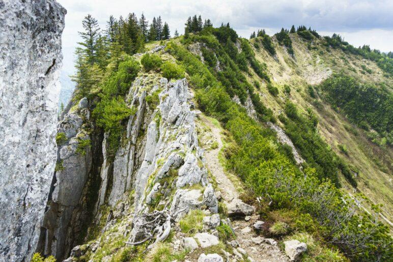 Eine schmale Stelle des Gratwegs, hier im Abstieg