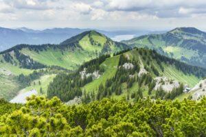 Blick auf den Setzberg, den Wallberg und den Tegernsee, der sich zwischen beiden zeigt