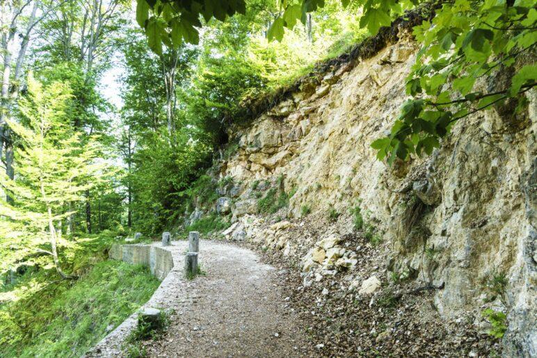 Auf diesem Wegstück wird vor Steinschlag gewarnt