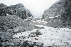 Eizelne Felsen im unteren Toteisfeld des Blaueisgletschers