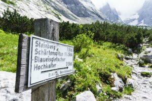 Wegweiser zu den Gipfeln und zum Gletscher an der Blaueishütte