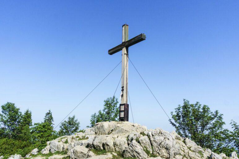Das Andachtskreuz steht unweit der Bergstation der Kampenwandbahn