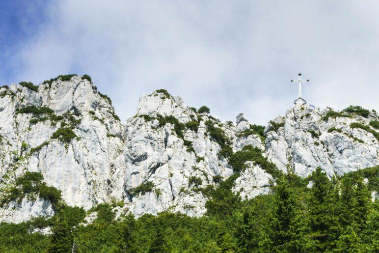 Das Gipfelkreuz der Kampenwand auf dem 1664 Meter hohen Ostgipfel