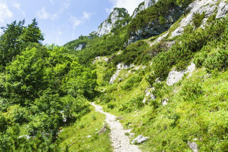 Schöner Wegverlauf entlang der Felswände