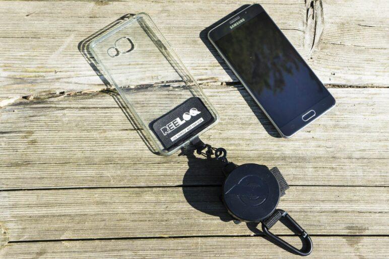 DIe Reeloq Smartphone-Sicherung in der Gummihülle des Telefons