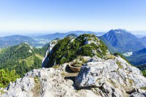 Vom Haupt-Gipfelkreuz der Hörndlwand sieht man das dritte Gipfelkreuz