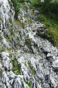 Durch den Fels in Richtung Gipfel