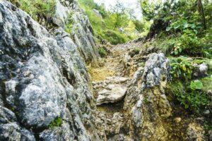 Aufstieg durch eine steile Felsrinne
